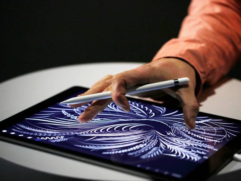 Homem usa a nova Apple Pencil em um iPad Pro, lançamentos do evento da Apple em São Francisco, na Califórnia - 09/09/2015