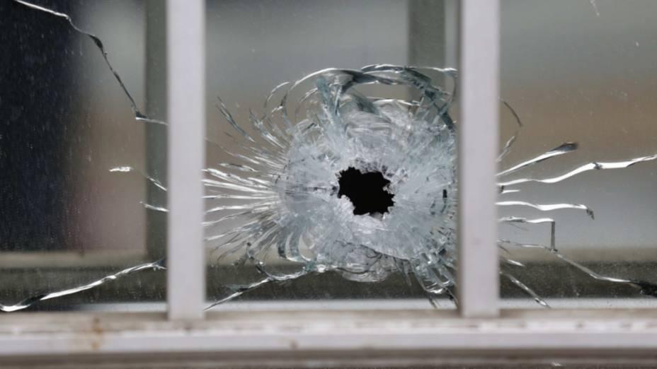 Vidro perfurado por disparo no local do atentado à redação da revista Charlie Hebdo