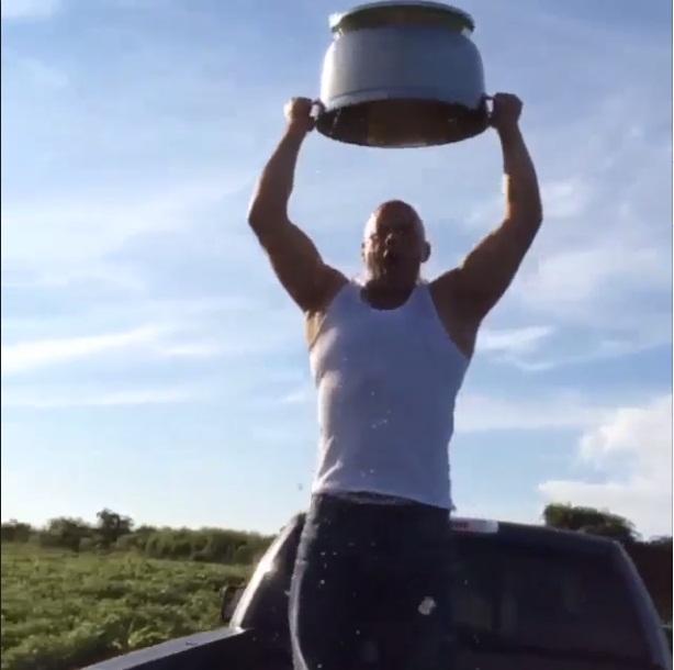 O ator Vin Diesel fez o desafio em cima de uma caminhonete