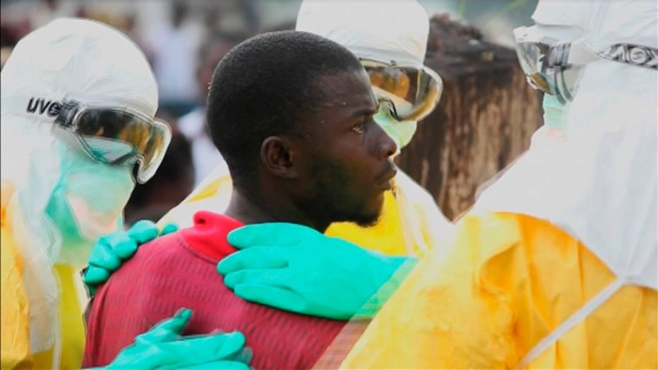 Médicos cercam paciente infectado com o vírus da Ebola que fugiu da quarentena do hospital Monrovias Elwa, no centro de Paynesville, Libéria