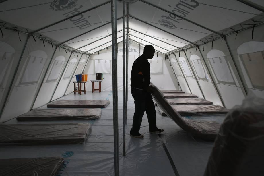Trabalhadores preparam o centro de tratamento de Ebola do programa Médico Sem Fronteiras (MSF), na província de Monróvia, na Libéria, em 18/08/2014