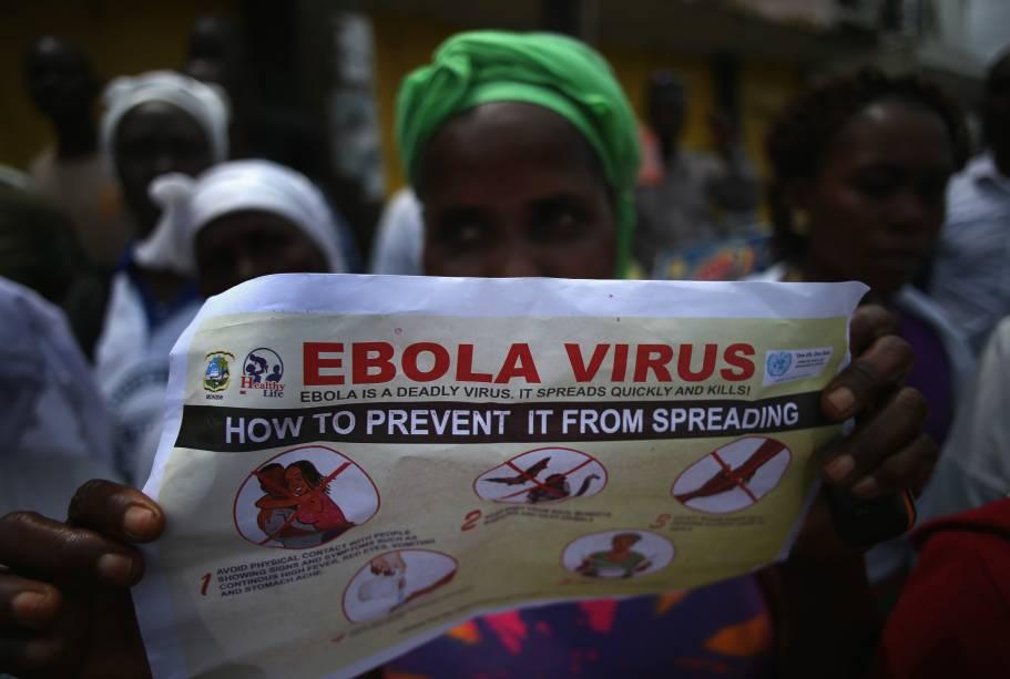 Centenas de pessoas participaram do evento de prevenção do Ebola, na província deMonróvia, na Libéria. O governoe grupos internacionais estão alertandoos moradores do perigo da transmissão do vírus,incitando as pessoas a lavarem as mãos para ajudar a prevenir a propagação da epidemia