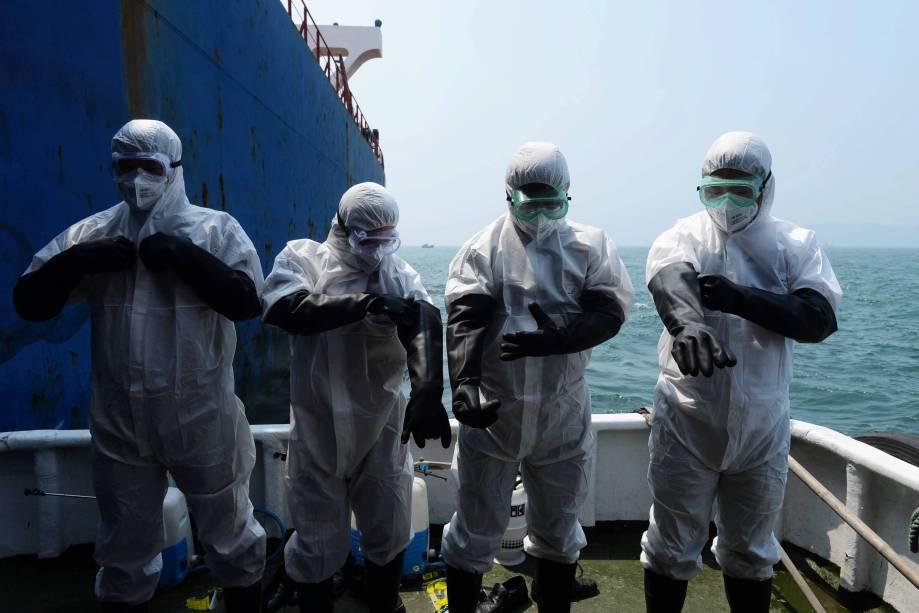 Na China, funcionários de um navio de carga passam por procedimento contra o contágio do vírus Ebola, em 19/08/2014