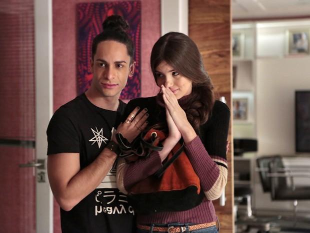 O booker Visky (Rainer Cadete) ajuda Angel (Arlete, Camila Queiroz) no início da carreira como modelo