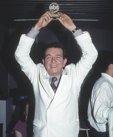 """O ator Umberto Magnani com troféu na festa para os elencos das novelas """"Éramos Seis"""" e """"As Pupilas do Senhor Reitor"""""""