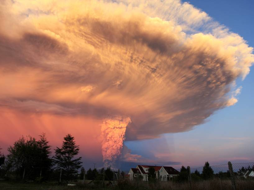 Vulcão Calbuco entrou em erupcão no sul de Puerto Montt, Chile