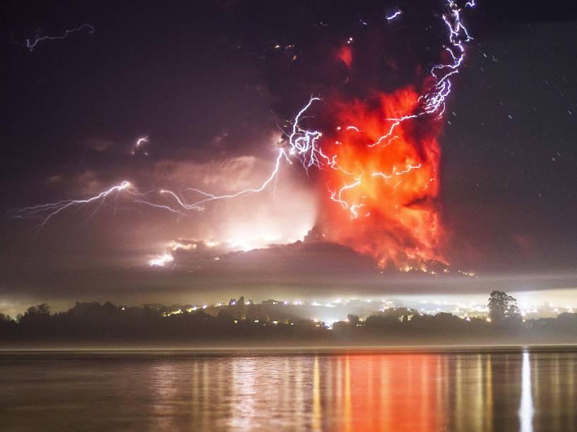 Vulcão Calbuco é visto em erupção nas proximidades da cidade de Puerto Montt