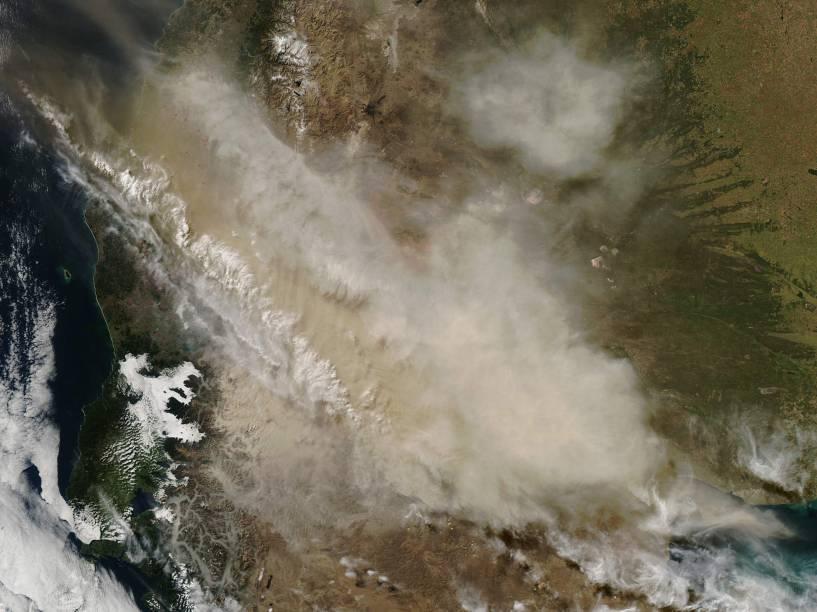 O satélite Terra, da NASA, registra a extensa nuvem de cinzas expelida pelo vulcão Calbuco, no Chile