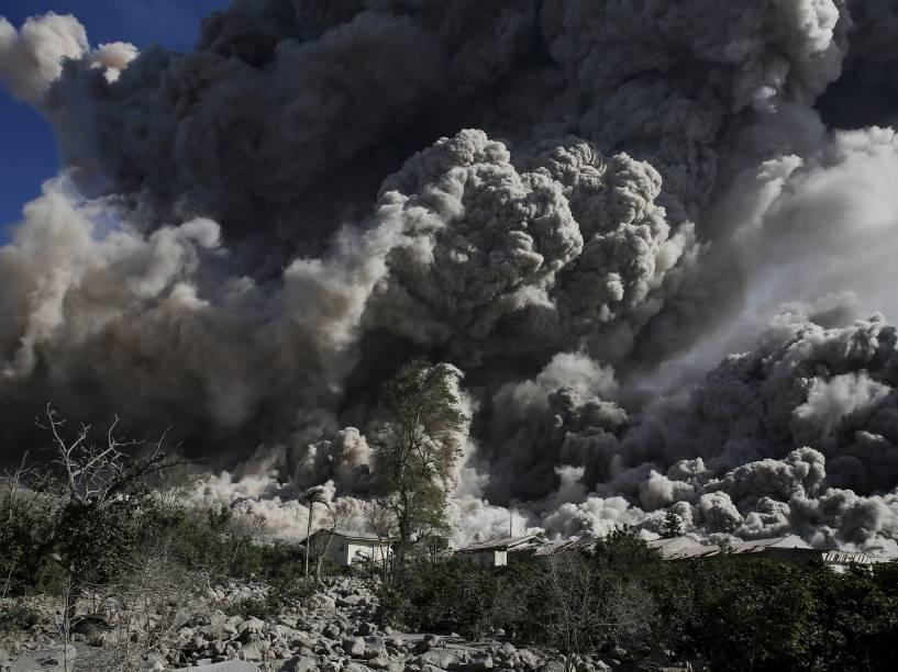 <p>O vulcão Sinabung expele nuvem de cinzas durante erupção próximo à aldeia de Bekerah, no norte da ilha de Sumatra (Indonésia), nesta quinta-feira (25)</p>