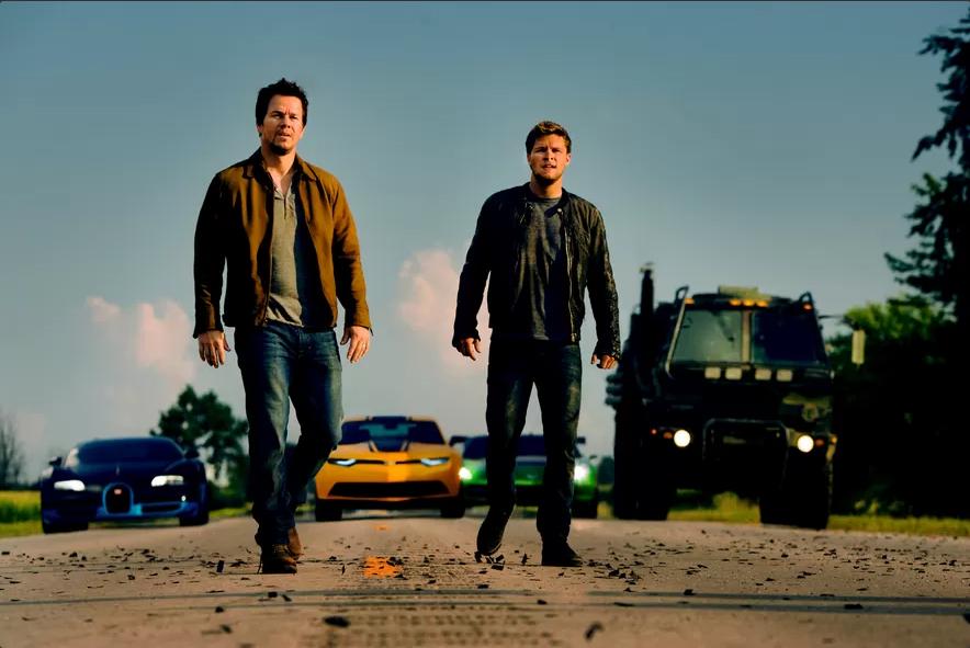 Mark Wahlberg e Jack Raynor em cena do filme Transformers: A Era da Extinção