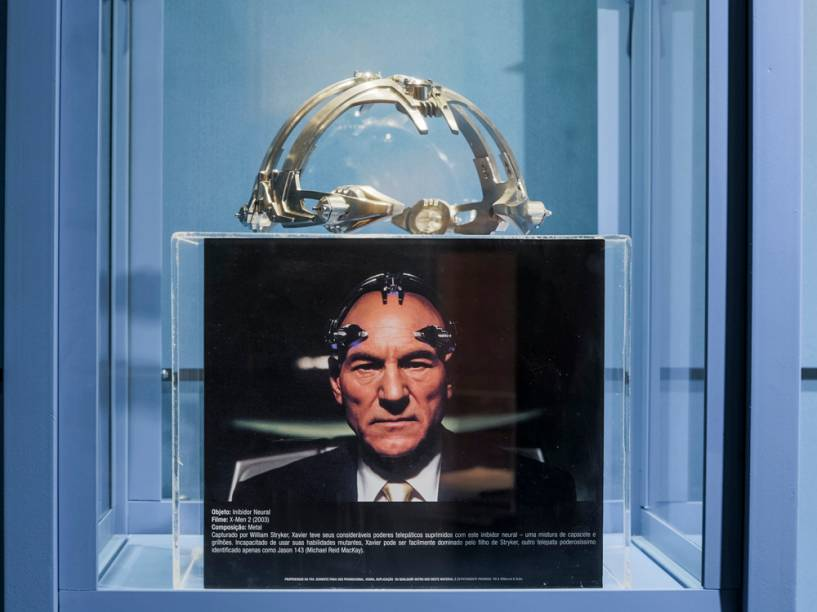 O inibidor neural de Professor Xavier (Patrick Stewart), em X-Men 2