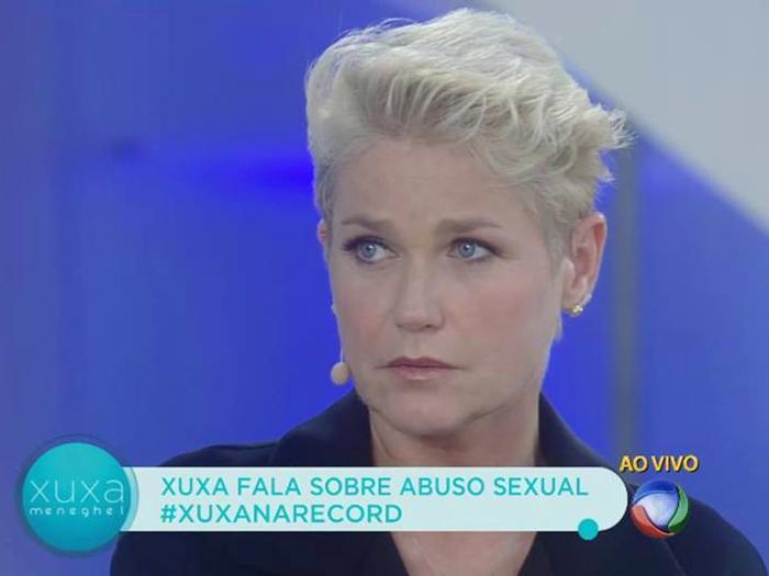 A apresentadora Xuxa, enquanto narrava um episódio em que sofreu assédio, ainda modelo, em seu programa na Record