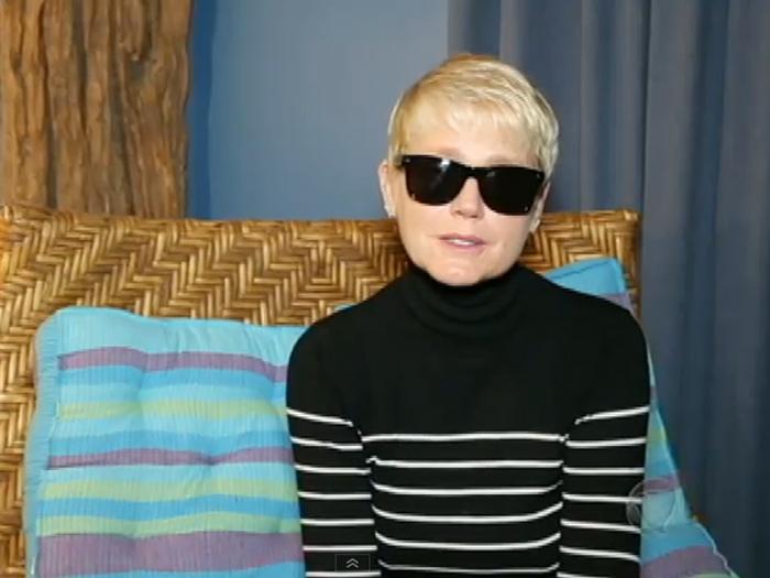 Xuxa, de óculos escuros, explica ausência em programa motivada pela morte do irmão