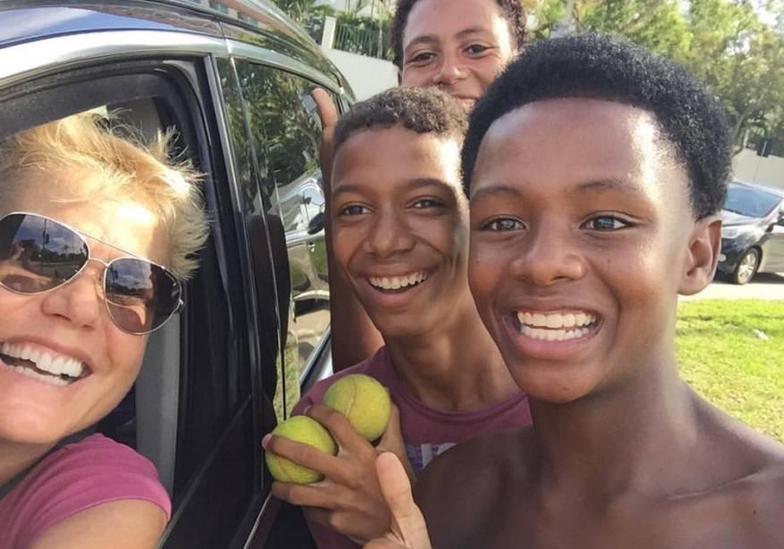 Xuxa e os garotos Daivison, João e Pedro, em foto postada pela apresentadora no Facebook