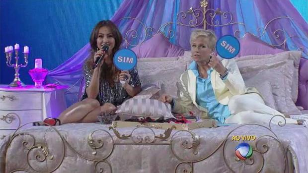 Xuxa na cama com Sabrina, na estreia do quadro Conto de Fadas