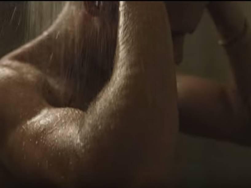 Zac Efron toma banho em cena de Música, Amigos e Festa