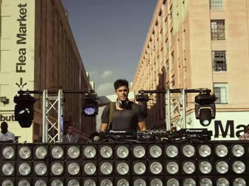 Zac Efron em cena de Música, Amigos e Festa