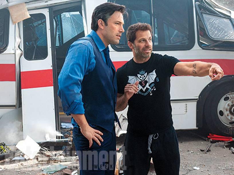 O diretor Zack Snyder dá instruções a Ben Affleck