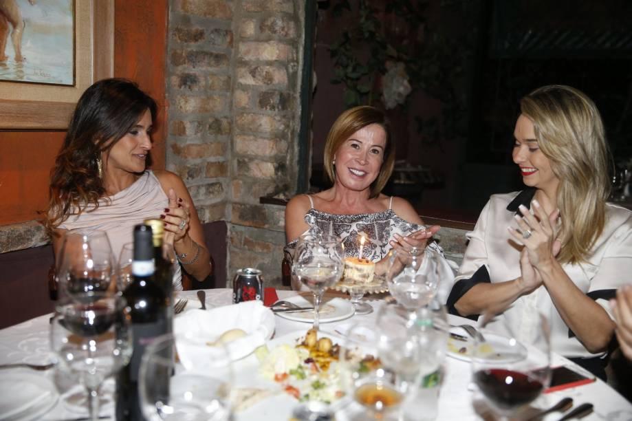 Zilu Godoi (ex-Camargo) comemora o aniversário com a empresária Marlene Mattos e amigas, no Rio