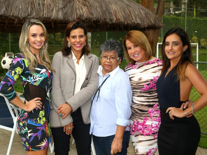 A socialite Narcisa Tamborindeguy entre as apresentadoras e a diretora do programa Assim Somos, Zilu Godoi, Adriana Sorrentino, Karol Veiga e Marlene Mattos