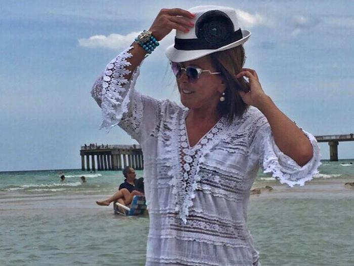 Zilu desfila com rosa preta no chapéu no litoral de Miami