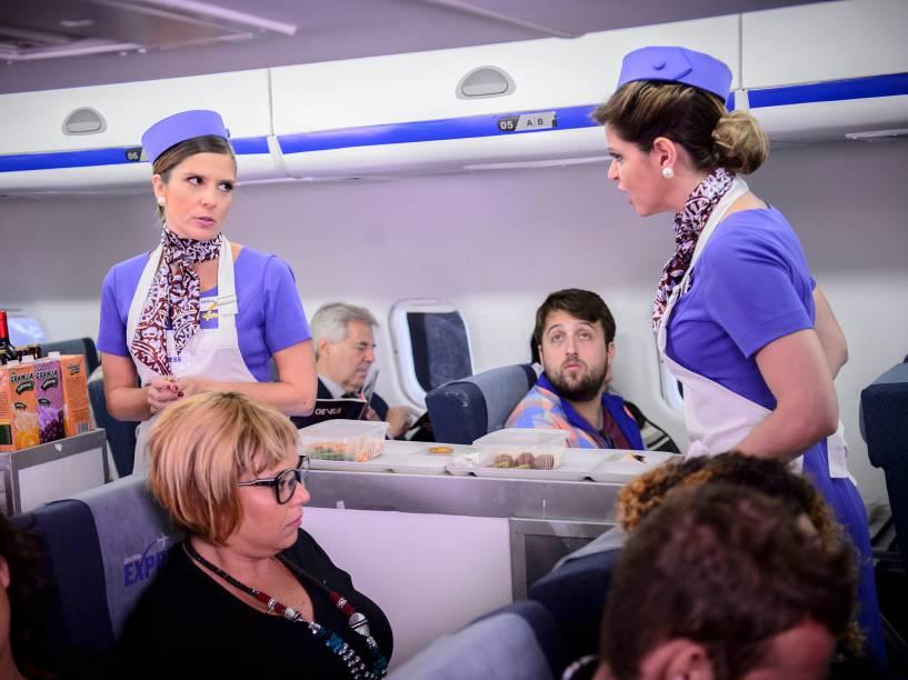 As personagens de Mariana Santos e Georgiana Goes discutindo enquanto fazem o serviço de bordo