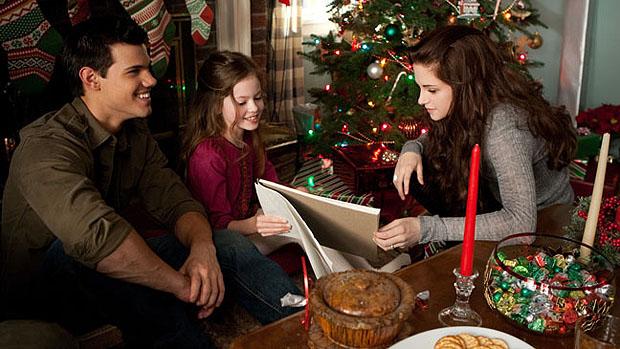 Jacob (Taylor Lautner) na manhã de Natal com Bella (Kristen Stewart) e sua filha Renesmee (Mackenzie Foy) em cena do filme Amanhecer - Parte 2, o capítulo final de Crepúsculo