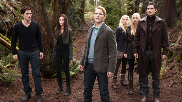 Os Cullens (Robert Pattinson, Kristen Stewart, Peter Facinelli) e os Denalis (MyAnna Buring, Casey LaBow and Christian Camargo) em cena do filme  Amanhecer - Parte 2, o capítulo final de Crepúsculo