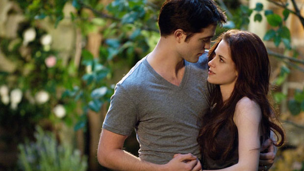 Edward (Robert Pattinson) e Bella (Kristen Stewart) em cena do filme Amanhecer - Parte 2, o capítulo final de Crepúsculo