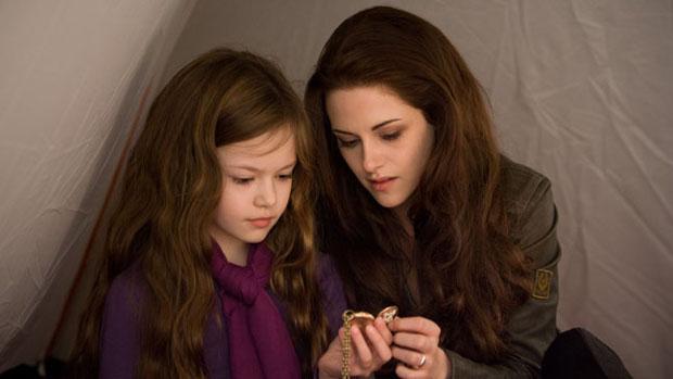 Bella (Kristen Stewart) e sua filha Renesmee (Mackenzie Foy) em cena do filme Amanhecer - Parte 2, o capítulo final de Crepúsculo