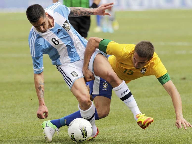 Jose Sosa e Bruno Uvini durante amistoso entre Brasil e Argentina