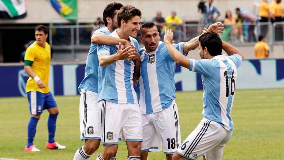 Jogadores comemoram gol durante amistoso entre Brasil e Argentina