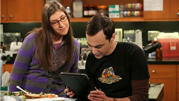 Amy (Mayim Bialik) e Sheldon (Jim Parsons) em cena de The Big Bang Theory