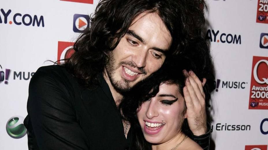 Amy Winehouse com o apresentador Russell Brand, durante a premiação Q Awards, em Londres, 2006