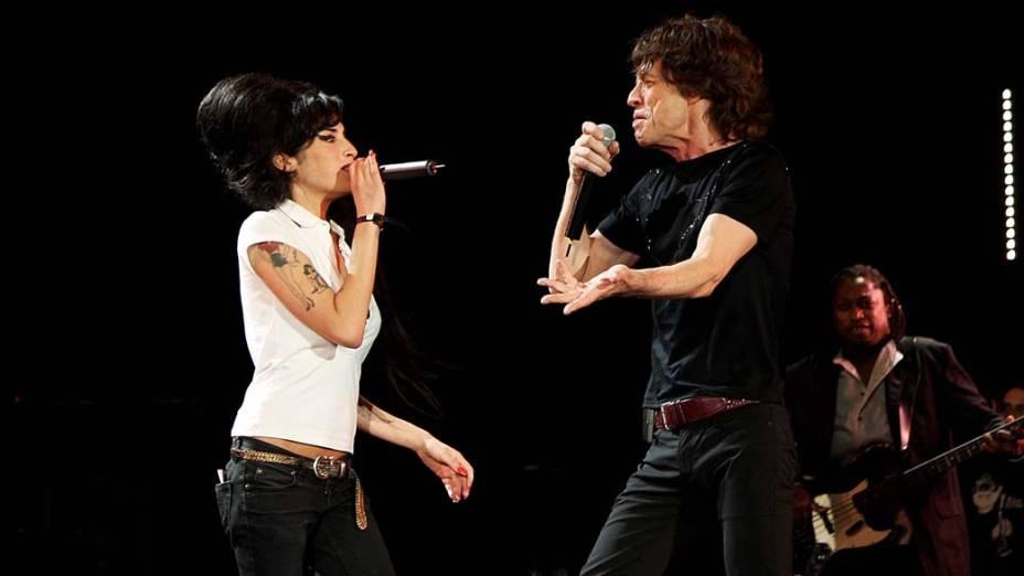 Amy Winehouse durante performance com o Rolling Stone, Mick Jagger, durante o festival Isle of Wight, em Newport, 2007