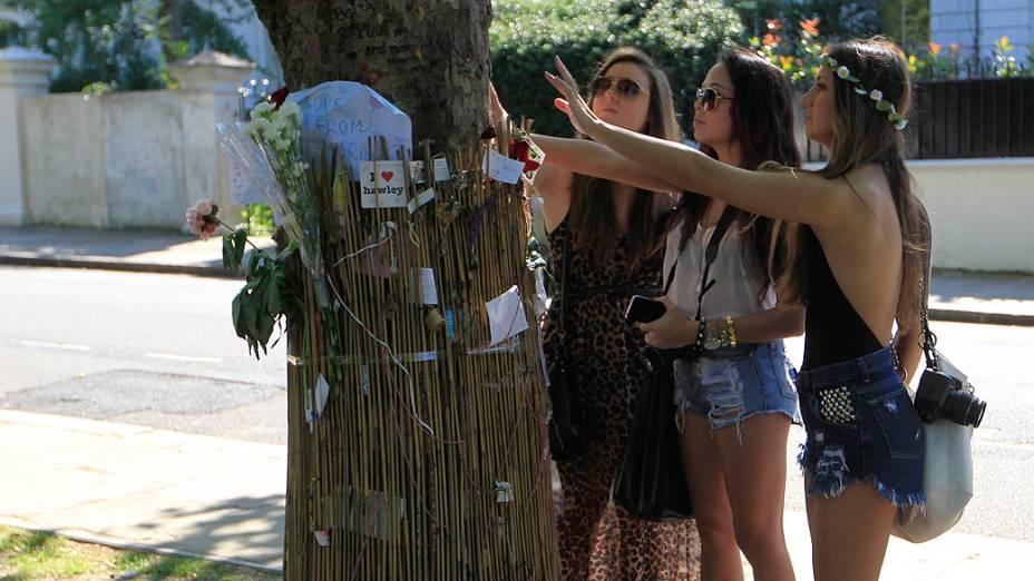 Fãs deixam homenagens em frente à casa onde a cantora britânica Amy Winehouse morava, no bairro de Camden Town, em Londres