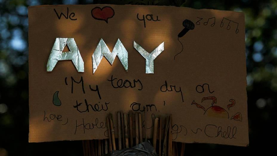 Uma homenagem deixada para Amy Winehouse em frente à casa onde a cantora morava, no bairro de Camden Town, em Londres