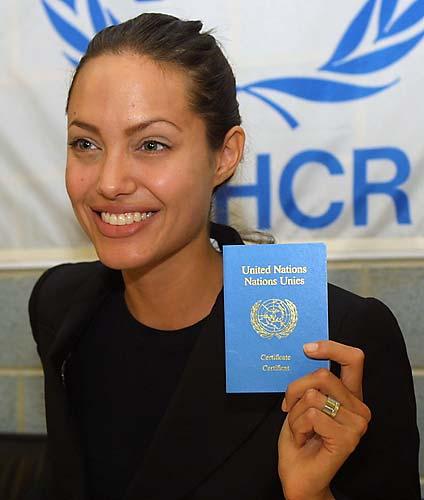 Angelina exibe certificado de Embaixadora da ONU em Genebra, na Suíça.