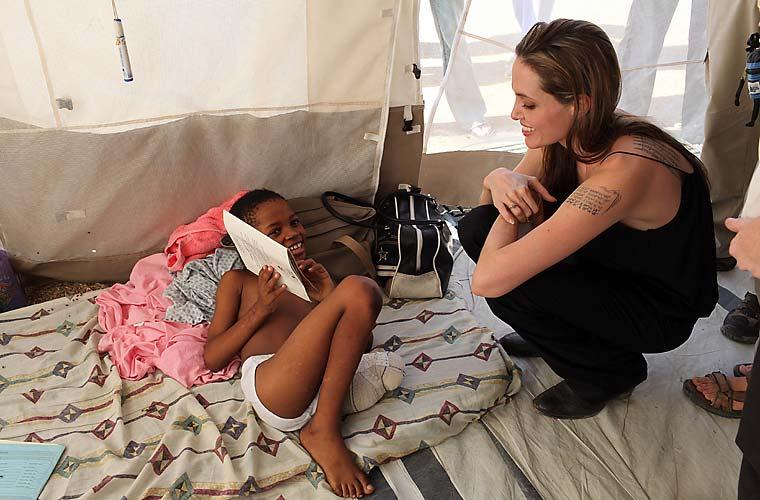 Após a tragédia no Haiti, a atriz visitou vítimas em hospitais improvisados.