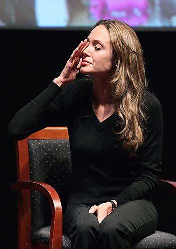No Dia Internacional dos Refugiados em 2009, a atriz se emocionou na National Geographic Society.