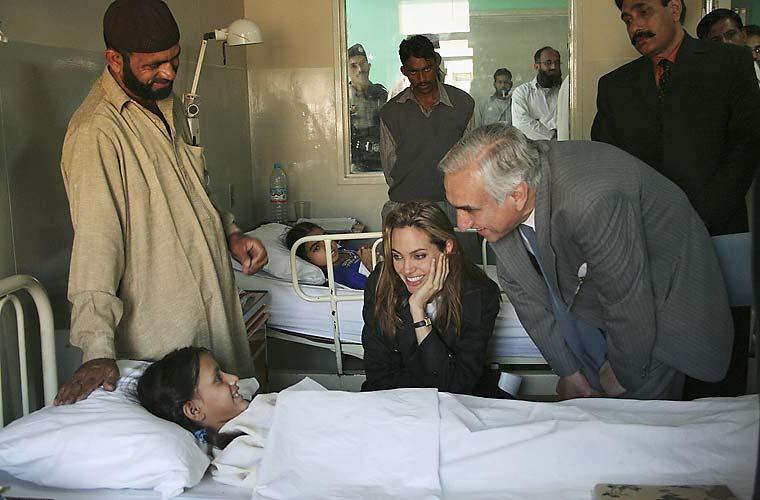 No Paquistão, visita a crianças.