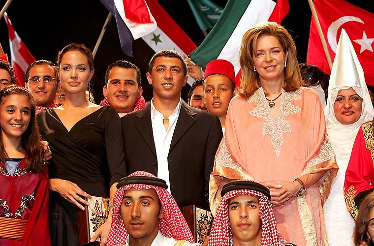 Jolie, o cantor Omar Abdullat e a rainha Noor - viúva do rei Hussein -, posam para foto na Jordânia.