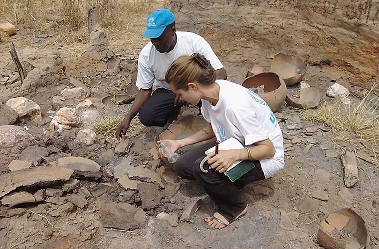 No Sudão, a atriz observa os restos de uma tribo em Darfur destruída após ataque de milícias.