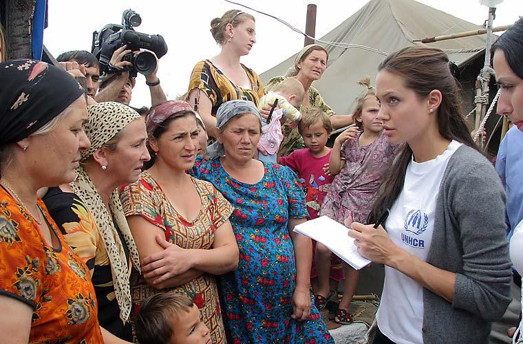Na Rússia, grupo de refugiadas da Chechênia.