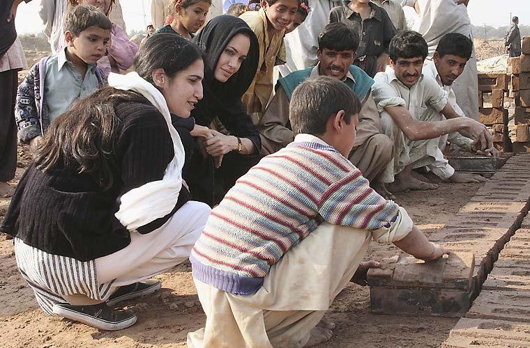 No Paquistão, a atriz visita fábrica de tijolos que emprega crianças afegãs.