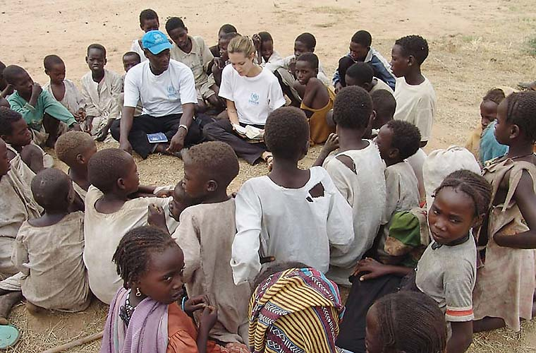 Em Darfur, no Sudão, a atriz conversa com refugiados vítimas de violência.