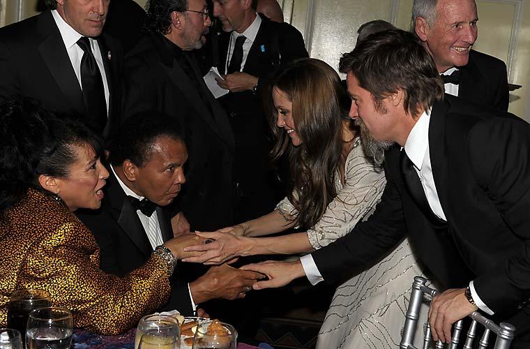 Com o marido Brad Pitt e Muhammad Ali em festa da Unicef.