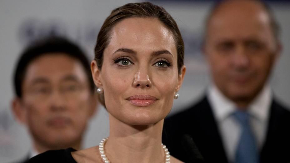 Como embaixadora da ONU, Angelina Jolie participou da reunião de ministros das Relações Exteriores do G8 em 11 de maio, em Londres, para falar sobre abusos sexuais e a situação da mulher no Oriente Médio