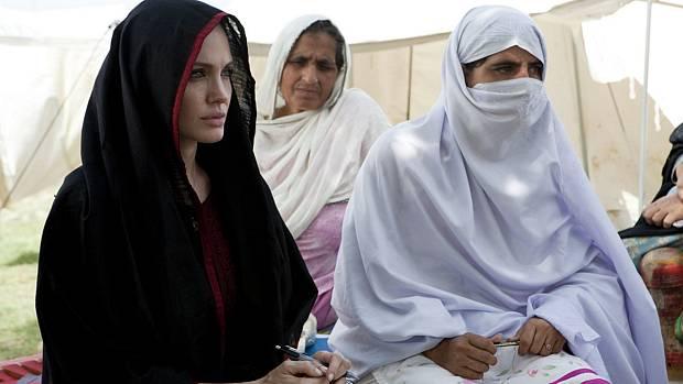 Angelina vista o campo de refugiados de Kandaro II, no Paquistão