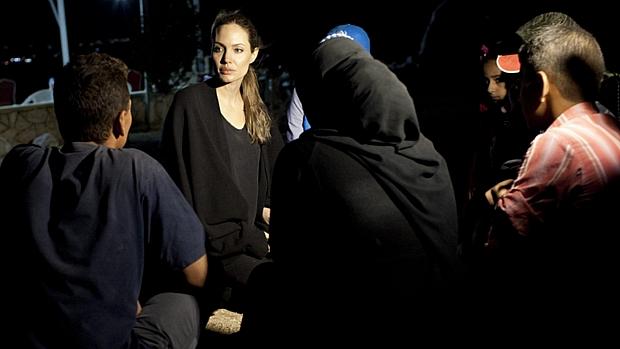 A atriz Angelina Jolie em meio a refugiados sírios